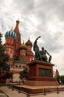Собор василия блаженного и памятник минину и пожарскому на красной площади кремля. город москва, россия