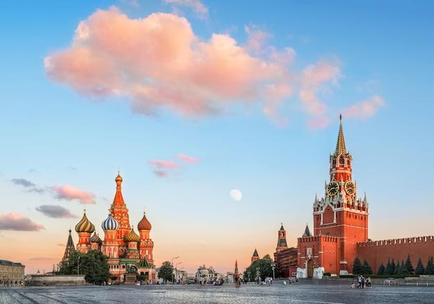 분홍색 구름 아래 모스크바에서 붉은 광장에 성 바 실 성당