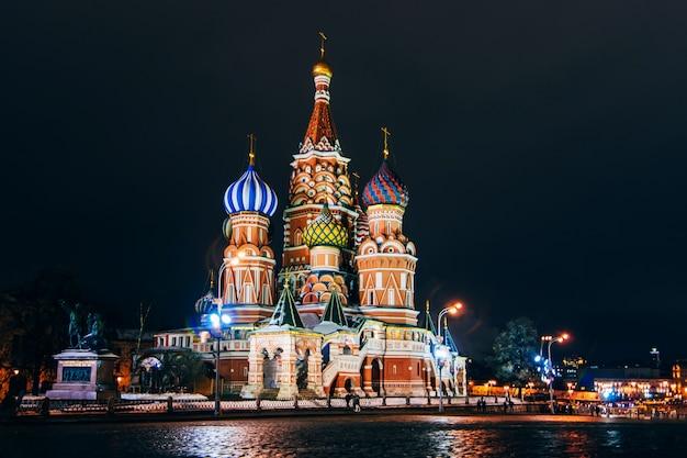 ロシア、モスクワ、赤の広場の聖ワシリイ大聖堂。夜