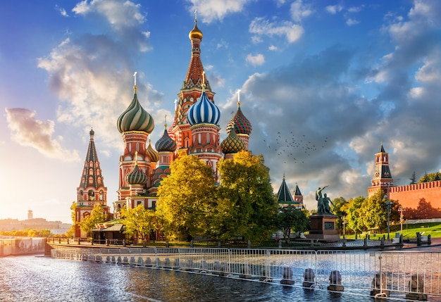 St. basil's cathedral on red square in moscow Premium Photo