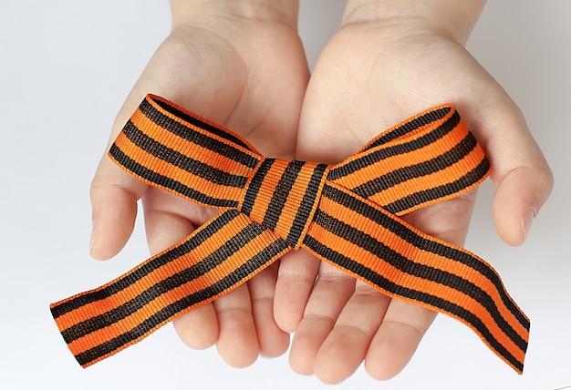 Петля ленты святого георгия, изолированные на белом фоне. черно-оранжевая лента.