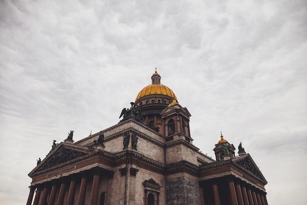 Исаакиевский собор в пасмурный день. музеи исаакиевская площадь. уникальный городской ландшафтный центр санкт-петербург