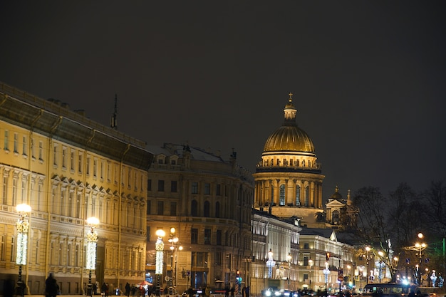 サンクトペテルブルクの冬の夜に照らされた聖イサアク大聖堂。