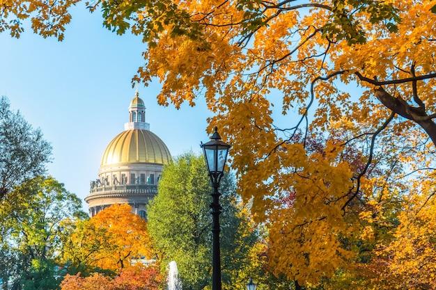 Исаакиевский собор осенью, желто-оранжевые листья, уличные фонари, санкт-петербург.