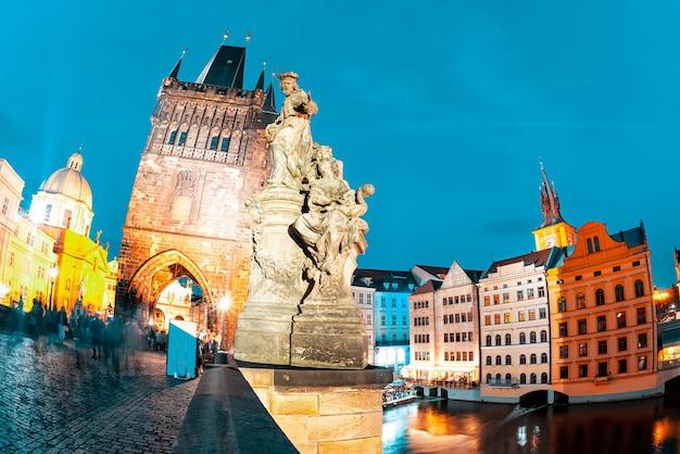 밤에 charles bridge에 st. ivo 동상입니다. 프라하, 체코