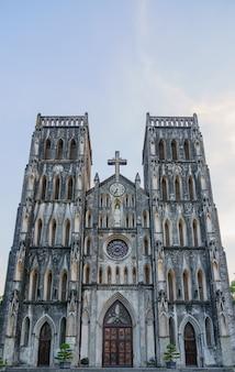 Собор святого иосифа это старая церковь во вьетнаме. это неоготическая церковь в стиле готического возрождения конца 19-го века, служащая собором римско-католической епархии в старом квартаре.