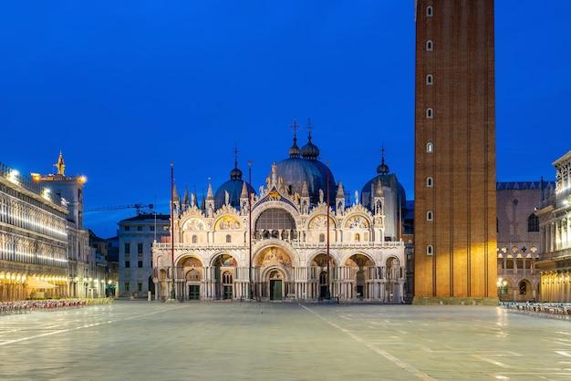 イタリアの日の出中のヴェネツィアのサンマルコ広場