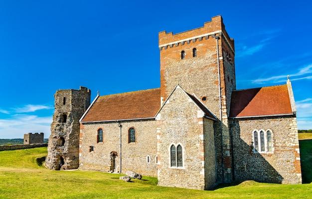 Церковь святой марии в кастро и римский маяк в дуврском замке в графстве кент, англия