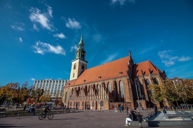 ドイツのベルリン中心部のアレクサンダー広場の近くにある聖マリア教会またはドイツ語のマリエン教会。