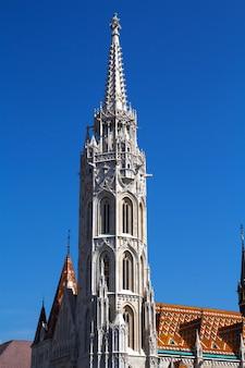 Взгляд церков st matthias в будапеште в основе района замка buda в будапеште, венгрии.
