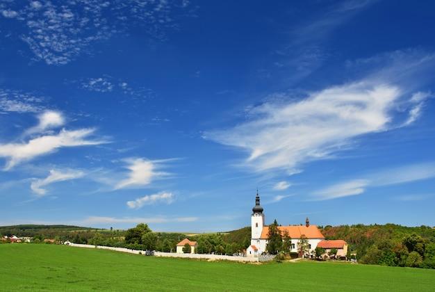 Церковь св. михаила в ославани, чешская республика. красивая старая церковь. архитектура-памятник.