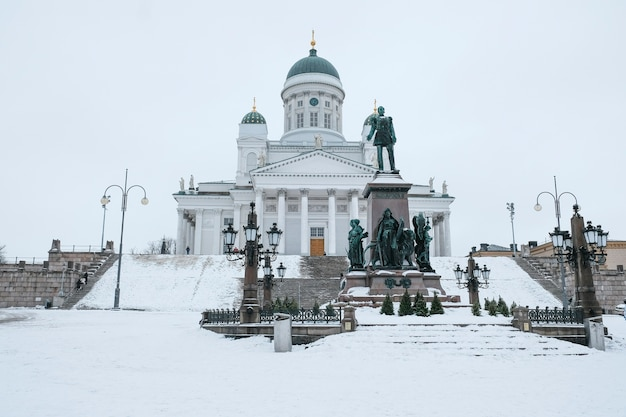 冬の日にフィンランドのヘルシンキ市の聖ニコラス大聖堂
