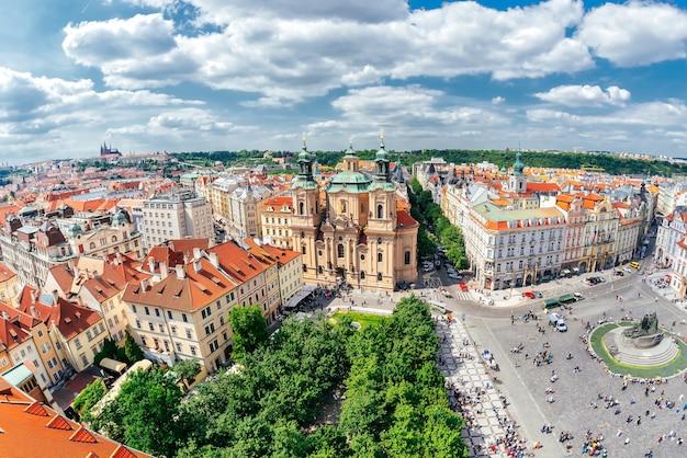 旧市街広場にある聖ニコラス教会。プラハ、チェコ共和国