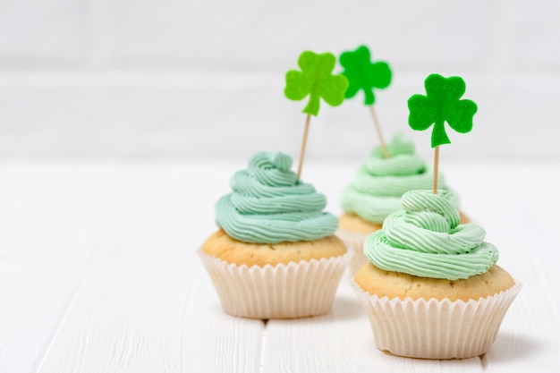 St. patrick's day theme colorful horizontal banner. cupcakes decorated with green buttercream