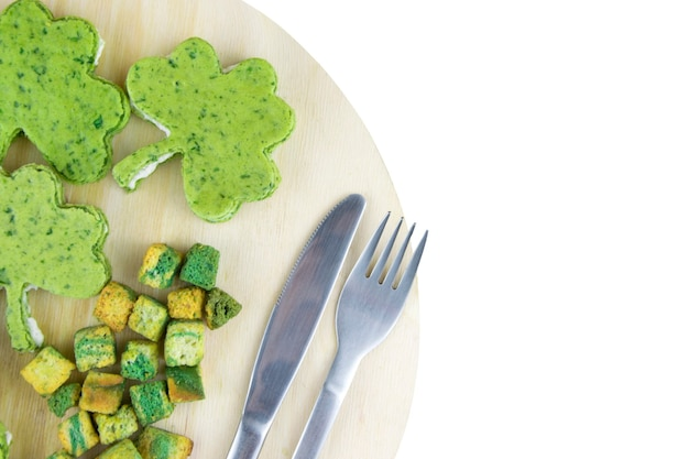 Зеленые закуски святого патрика, изолированные