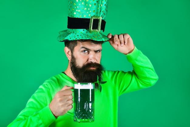 День святого патрика бородатый мужчина в шляпе лепрекона портрет задумчивого человека с бородатым зеленым пивом