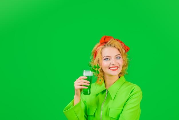 성 패트릭의 날 클로버 성 패트릭의 날 성 패트릭의 날 웃는 여자는 녹색 맥주와 함께 유리를 보유