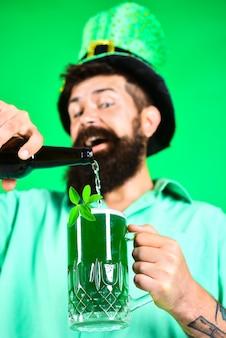 緑のビールの聖パトリックの日グラスstpatricks日聖人にビールのグラスを持って興奮した男