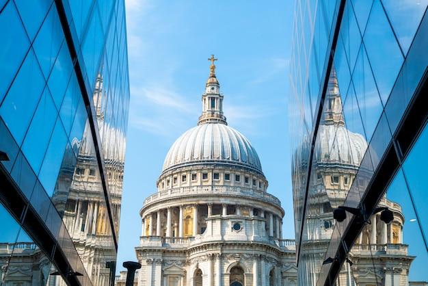 セントポール大聖堂の教会は、ロンドンの1つの新しい変化のガラスの壁に映っていません。