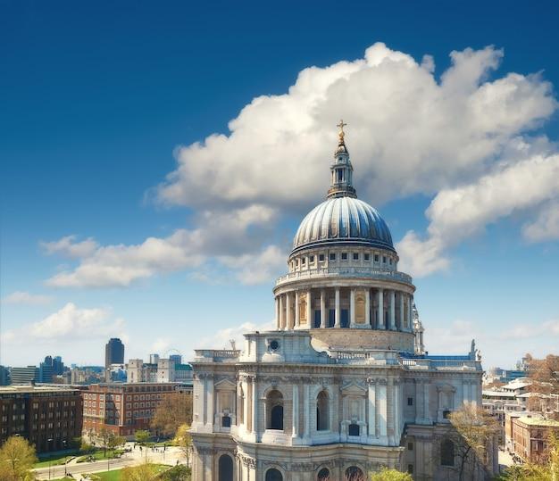 雲と明るい晴れた日にロンドンのセントポール大聖堂