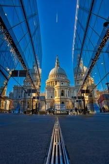 ガラス張りの2つの建物に反射したセントポール大聖堂
