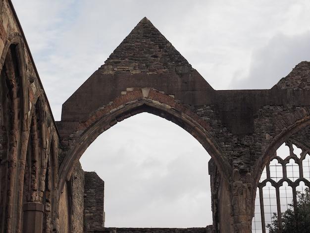 Разрушенная церковь святого петра в бристоле