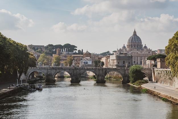 イタリア、ローマの秋の日の橋とテヴェレ川の水に架かる聖ペテロ大聖堂