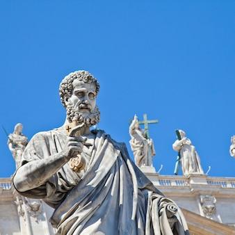 青い空を背景にしたサンピエトロ広場(ローマ、イタリア)の聖ペテロ像