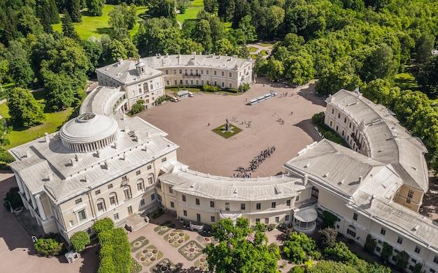 Санкт-петербург, россия, июнь 2019 - павловский дворец в пригороде санкт-петербурга. с высоты птичьего полета