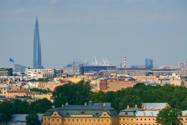 Санкт-петербургский стадион и лахта центр в санкт-петербурге. вид из исторического центра.