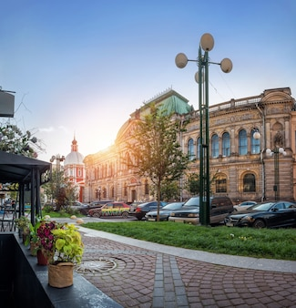 Санкт-петербург. здание музея декоративно-прикладного искусства штиглица в соляном переулке и храм пантелеймона