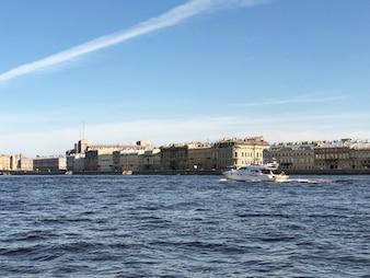 サンクトペテルブルク。サンクトペテルブルク、サンクトペテルブルクのNeva川のヨット