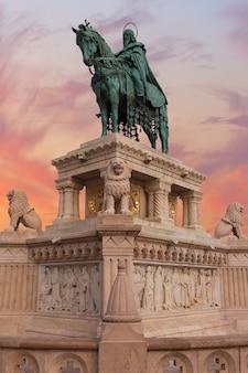 ハンガリー、ブダペストのブダ城にあるマーチャーシュ教会の聖ステファン記念碑