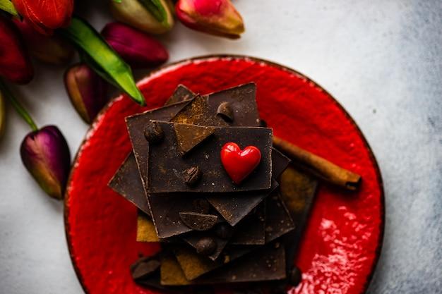 花とチョコレートの聖バレンタインの日の概念
