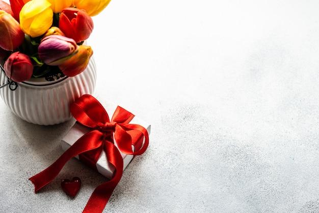 День святого валентина концепция с цветами и подарочной коробке