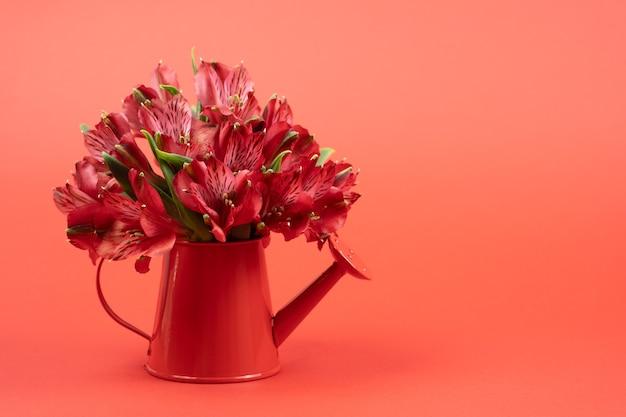 聖バレンタインカード。赤に花が付いたミニじょうろ
