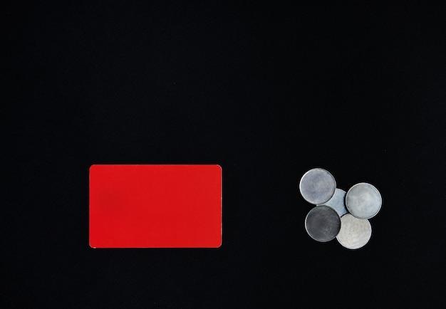 Концепция дня святого валентина. горизонтальный красный прямоугольник и денежные монеты на черном фоне. граница, копия пространства, вид сверху, праздник, праздник