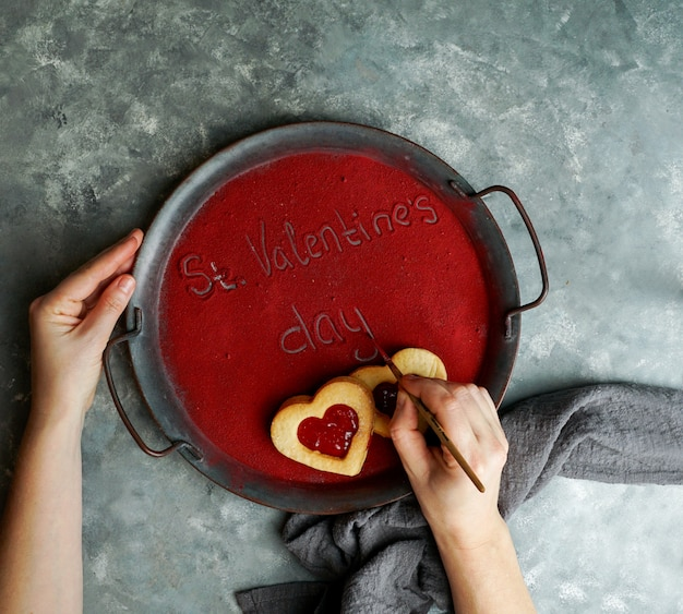 言葉st。トレイに書かれたバレンタインデー、フリーズドライストロベリーパウダーで覆われ、愛の日