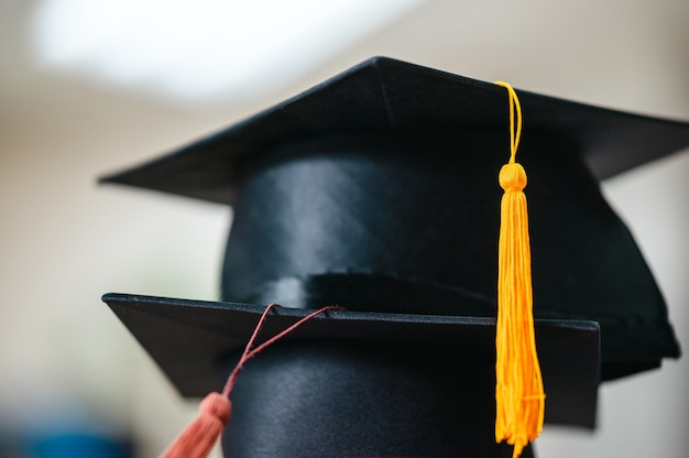 スタック黄色のタッセルが付いた黒い卒業帽