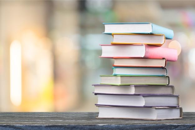 Книга стопки на столе