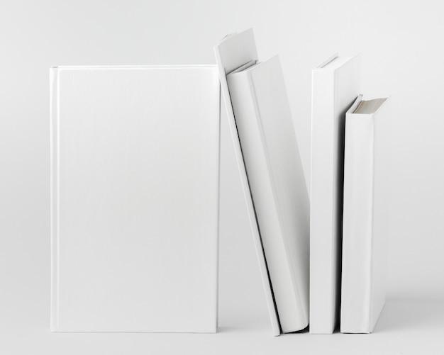 Pila di libri allineati