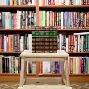 Pila di libri in biblioteca