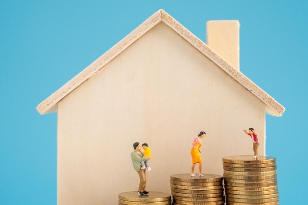 Стек монеты с накоплением существенных денег внутри семьи.
