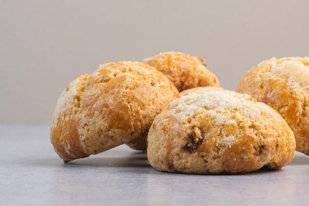Una pila di deliziosi biscotti, sul marmo.