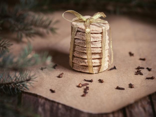 Pila di biscotti fatti in casa nel periodo natalizio