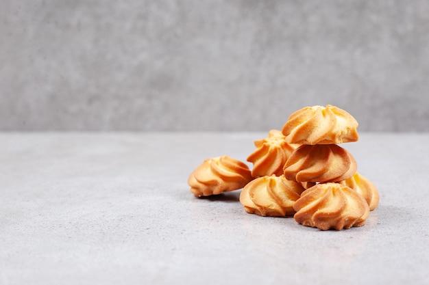 Una pila di biscotti fatti in casa su sfondo marmo.