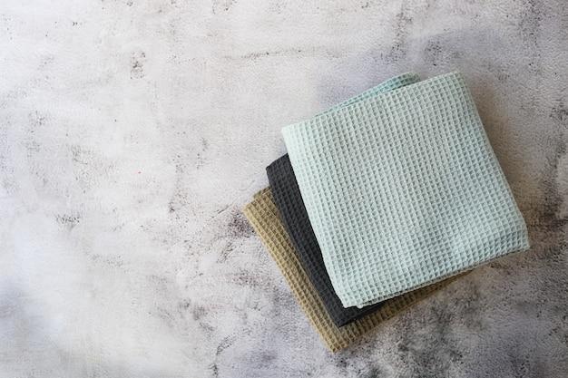 회색 배경에 주방 면화 수건을 스택.