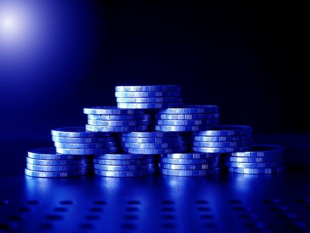 스택 돈과 동전 defocused 배경 가상 암호 화폐 개념