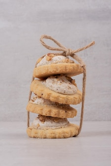 Pila di biscotti di farina d'avena sul tavolo bianco.