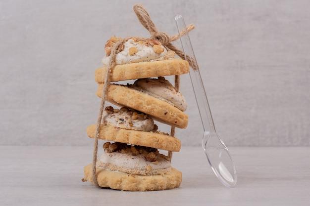 Pila di biscotti di farina d'avena su bianco.